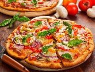 Чеснова пица със сирене моцарела, сушени домати, бекон, фета и чушки